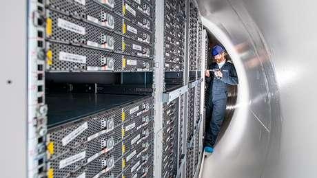 Spencer Fowers inspeciona os servidores dentro do tubo aberto