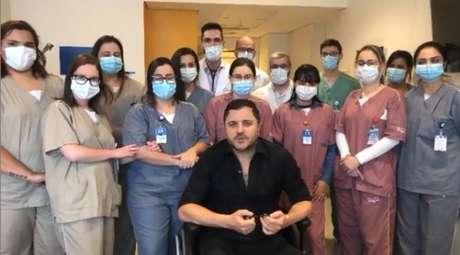 Após receber alta, o cantor Maurício Manieri publicou um vídeo em que aparece junto com a equipe do hospital que o atendeu
