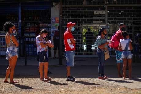 Pessoas aguardam em fila de lotérica de Ceilândia (DF), em meio ao surto de Covid-19 07/07/2020  REUTERS/Adriano Machado