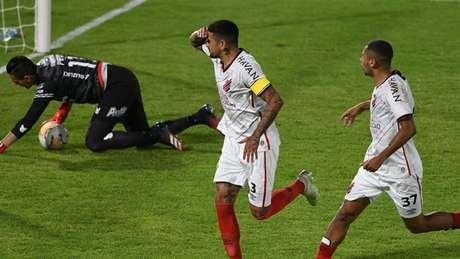 Lucho González marcou o primeiro gol do Furacão na Bolívia (Fabio Wosniak/Site Oficial)