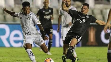 Marinho foi muito bem marcado pela defesa do Olimpia (Foto: AFP)