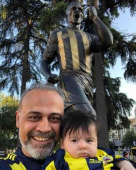 Murat e Alex Ceylan em frente à estátua em homenagem ao ex-jogador brasileiro (Foto: Arquivo pessoal)