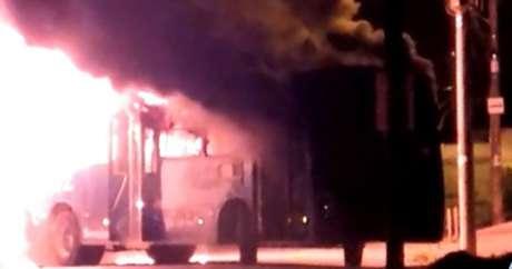 Ônibus incendiado na região metropolitana de Belo Horizonte
