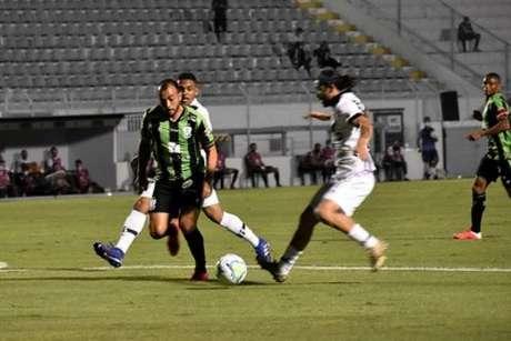 América-MG e Ponte Preta tiveram uma noite de intenso duelo no jogo de ida da quarta fase da Copa do Brasil-(Estevão Germano/América-MG)