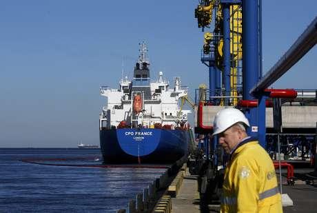 Navio-tanque em terminal de petróleo de Ust-Luga, na Rússia  09/04/2014 REUTERS/Alexander Demianchuk