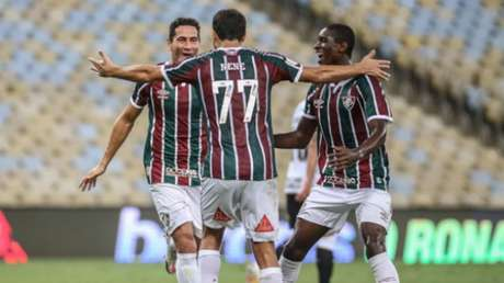 Luiz Henrique comemora com Nenê e Ganso (Foto: LUCAS MERÇON / FLUMINENSE F.C.)