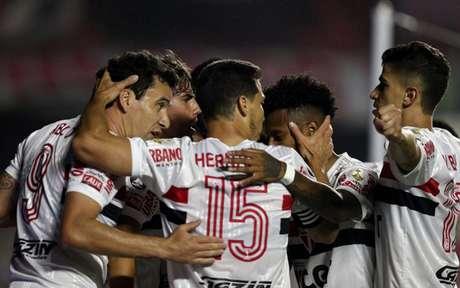 Jogadores do São Paulo comemoram gol durante empate com o River Plate (Foto: AFP)
