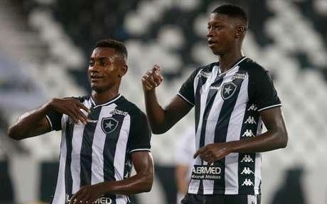 Kalou e Babi comemoram o gol (Foto: Vítor Silva/Botafogo)