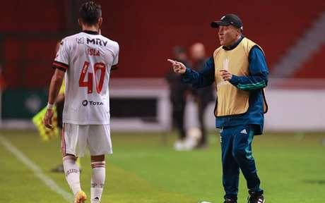 Domènec Torrent orienta Isla durante a partida contra o Independiente Del Valle (Foto: Jose Jacome / AFP)