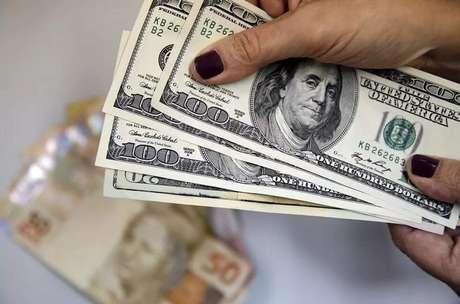Dólar sobe com pressão externa e encerra cotado a R$ 5,4005