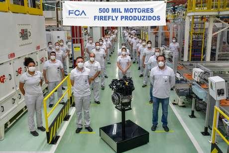 Antonio Filosa e funcionários da fábrica de motores Firefly: 500 mil unidades produzidas.