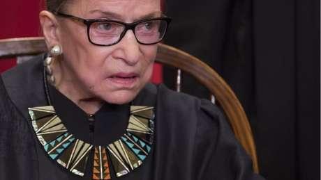 Colarinhos que usava sobre a túnica eram outra marca do estilo da juíza