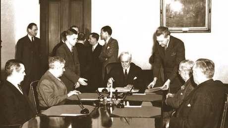 Representantes do México e dos Estados Unidos assinaram o tratado em Washington em 1944