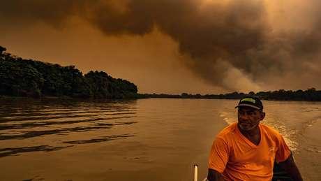 Registro de pantaneiro no barco e com incêndios ao fundo foram compartilhados por diversas vezes nas redes sociais