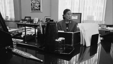 Ginsburg em seu gabinete na Suprema Corte em Washington DC, 2002