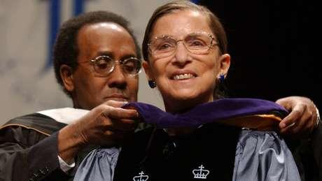 Ginsburg recebe um diploma honorário do John Jay College of Criminal Justice, uma faculdade em Nova York, em 2004