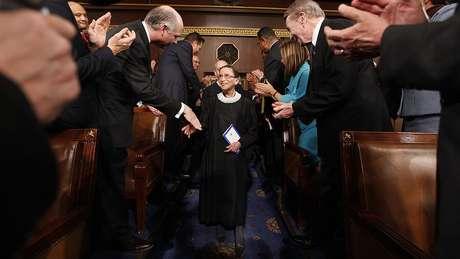 Ginsburg é saudada com aplausos ao chegar para uma sessão conjunta do Congresso na Câmara em Washington em 2009