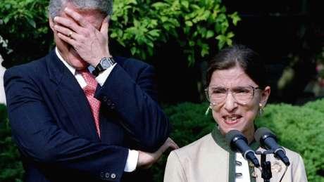 Ginsburg fala ao lado do então presidente Bill Clinton no gramado da Casa Branca depois de ser nomeada para a Suprema Corte em 1993