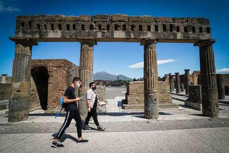 Turista no sítio arqueológico de Pompeia, no sul da Itália