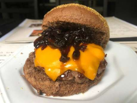 Guia da Cozinha - Hambúrguer Cheddar Melt caseiro: aprenda o clássico do Sampa Burger