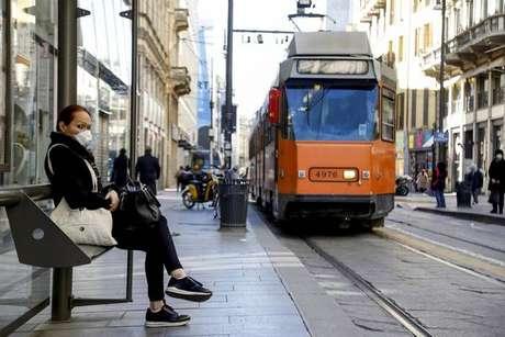 Passageira aguarda bonde em Turim, na Itália