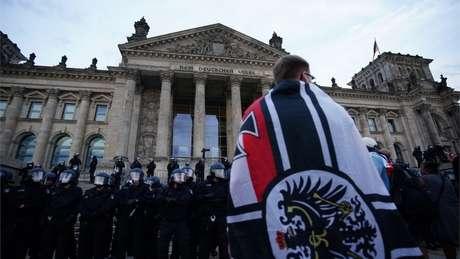 Como disseminar simbologia nazista (suásticas, por exemplo) é um crime na Alemanhça, grupos extremistas utilizam outras imagens, como a bandeira do antigo império