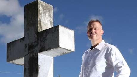 Bill Edgar vai a funerais para falar em nome dos falecidos e confessar o que eles não ousaram dizer quando estavam vivos