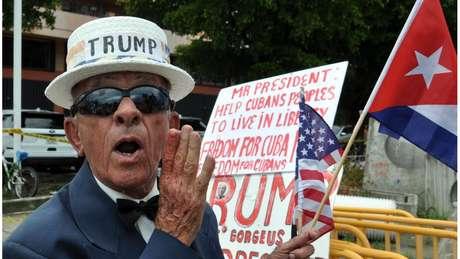 Simpatizante de Trump em Miami, em foto de 2017; retórica dura ddo presidente contra Cuba lhe dá popularidade entre os cubano-americanos