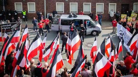 Os neonazistas do Reichsbürger são fortemente antisemitas e promovem negacionistas do holocausto, como Ursula Haverbeck (no cartaz da foto)