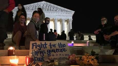 Americanos prestaram homenagem a RBG do lado de fora da Suprema Corte dos EUA no dia de sua morte