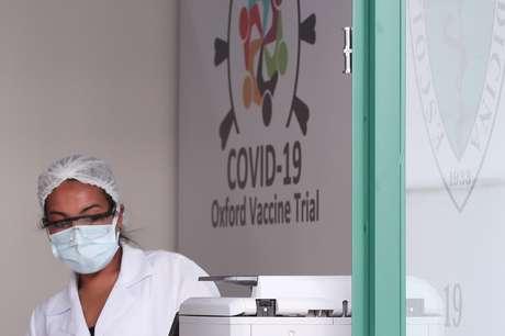 Funcionária de laboratório na Universidade Federal de São Paulo (Unifesp), onde testes com a vacina da Oxford/AstraZeneca contra o coronavírus estão sendo conduzidos. 24/6/2020. REUTERS/Amanda Perobelli