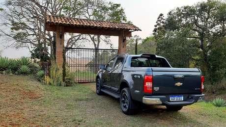 Chevrolet S10 High Country vem com câmera de ré, o que facilita as manobras de estacionamento.