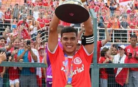 Cesinha com o título da Copa São Paulo de Futebol Júnior (Foto: Divulgação)