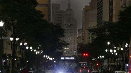 Fumaça dos incêndios da Amazônia e uma frente fria fizeram com que São Paulo ficasse escura na tarde de 19 de agosto do ano passado