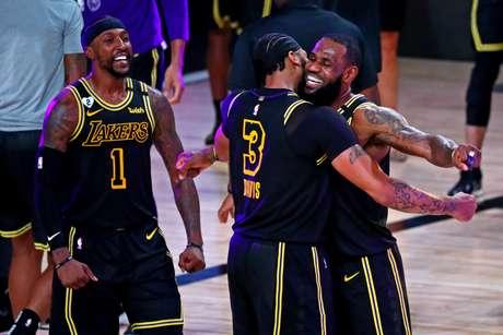 Anthony Davis comemora vitória do Lakers com LeBron James