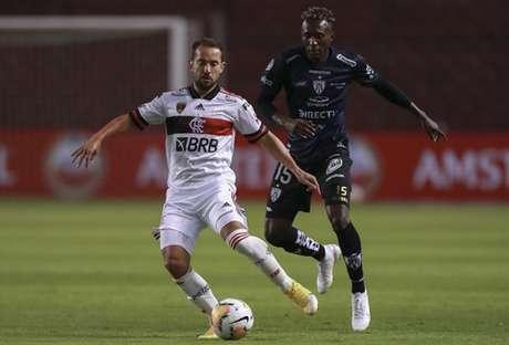 Agora contra o Barcelona, do Equador, Flamengo contará com a habilidade de Everton Ribeiro (de branco) na Libertadores mesmo após desfalques (Foto: AFP)
