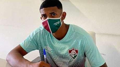 John Kennedy renovou o contrato com o Fluminense até o fim de 2024 (Foto: Reprodução/Instagram)
