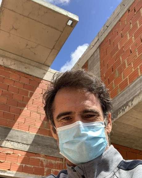 O ator Pedro Lima em visita à obra da casa uma semana antes de morrer