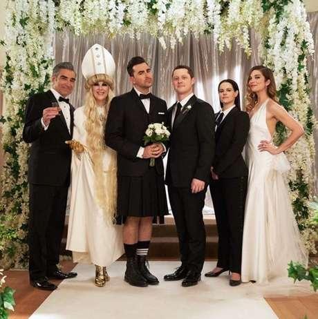 O elenco principal na sequência do casamento gay do último episódio de Schitt´s Creek