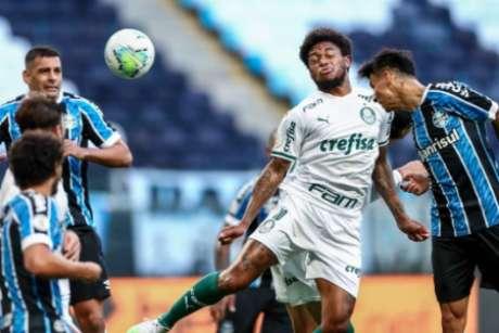 Luiz Adriano perdeu o duelo no alto e viu o Palmeiras sofrer o empate no sul (Foto: Lucas Uebel/Grêmio)