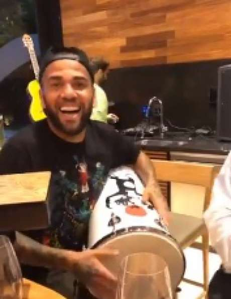 DANIEL Alves realizou pagode em casa no último domingo (Reprodução/@DaniAlvesD2)