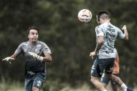 """Cuca participou do treinamento desta segunda-feira (21) """"improvisado"""" como goleiro (Foto: Ivan Storti/Santos)"""