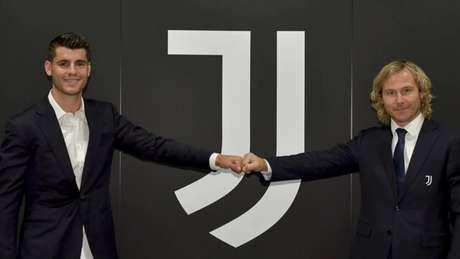 Morata (esq) é anunciado ao lado de Pavel Nedved (Divulgação/Juventus)