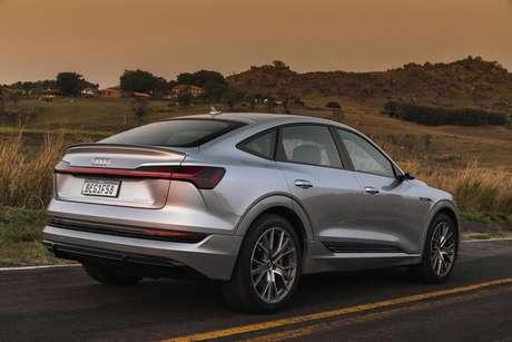 E-tron Sportback tem as mesmas características do E-tron SUV, mas o porta-malas é menor.