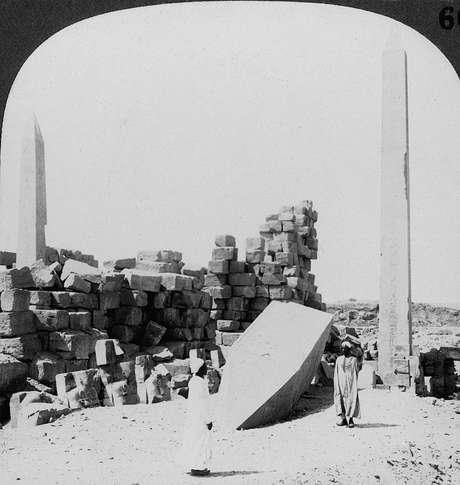 Foto de 1905 vem acompanhada de descrição que diz: 'Obelisco mais alto do Egito, no templo de Karnak... erguido pela filha de Tutemés (...) frequentemente chamada de Hatshepsut'