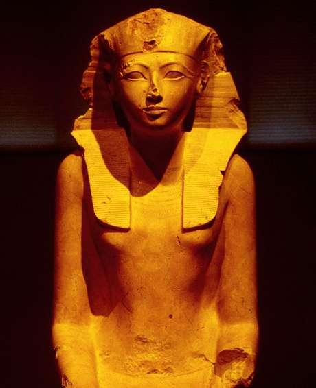 Quando Hatshepsut passou de regente a faraó, sua imagem começou a se transformar; aqui, ela ainda aparece com traços femininos, mas também com um nemés, o símbolo dos reis, na cabeça