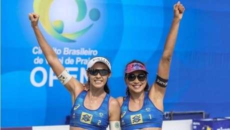 Carol Solberg (com a faixa preta no braço) se manifestou contra o presidente Jair Bolsonaro