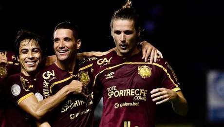 Abraçado por Thiago Neves, Iago Maidana comemora o gol do Sport contra o Corinthians