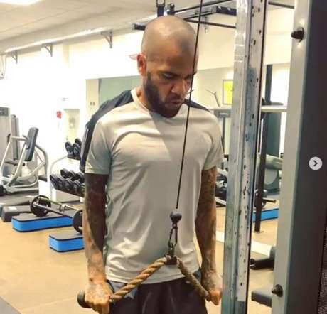 Daniel Alves durante exercício na academia (Imagem: Reprodução/Instagram/danialves)