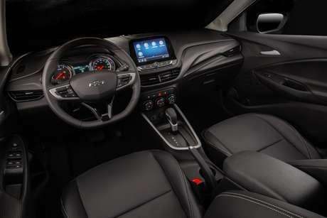 Interior todo preto, mas com tons diferentes, deixam o carro agradável sem ser monótono.